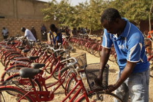 The last touches before entrusting the bikes to their beneficiaries